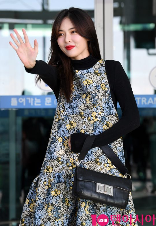 가수 현아가 13일 오전 광고 촬영차 인천국제공항을 통해 방콕으로 출국하고 있다.