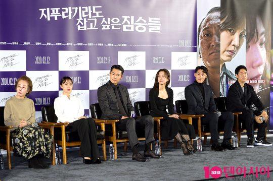 배우 윤여정(왼쪽부터), 전도연, 정우성, 신현빈, 정가람, 김용훈 감독