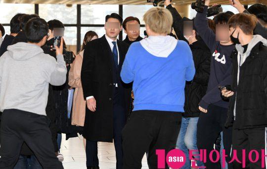 걸그룹 아이즈원 멤버 혼다 히토미가 13일 오전 개인일정차 김포국제공항을 통해 일본으로 출국하고 있다.