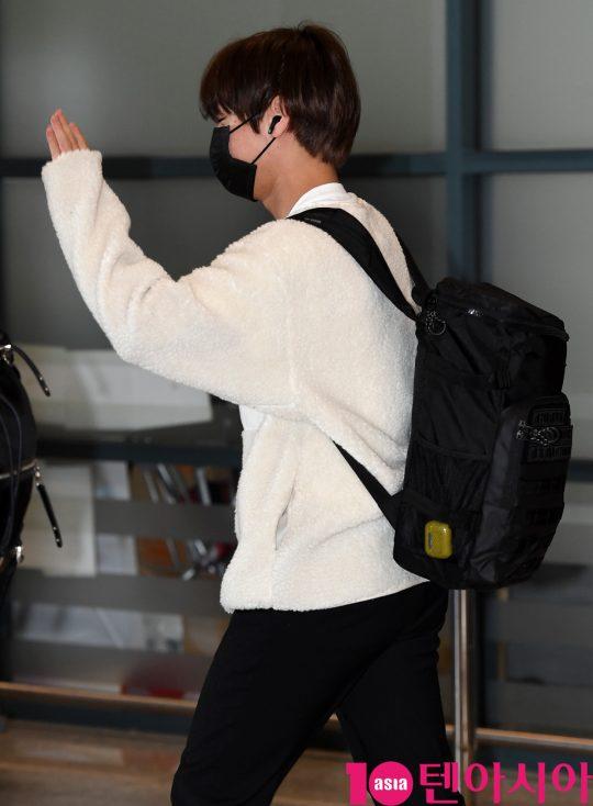 가수 박지훈이 13일 오후 마카오 행사를 마치고 인천국제공항을 통해 입국하고 있다.