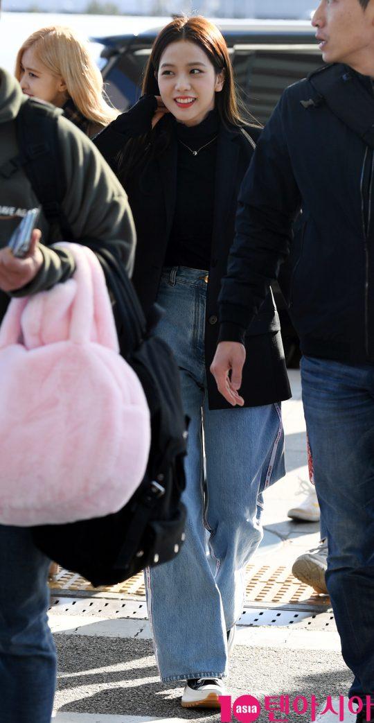 걸그룹 블랙핑크(지수, 제니, 로제, 리사) 지수가 13일 오후 해외일정 참석차 인천국제공항을 통해 자카르타로 출국하고 있다.