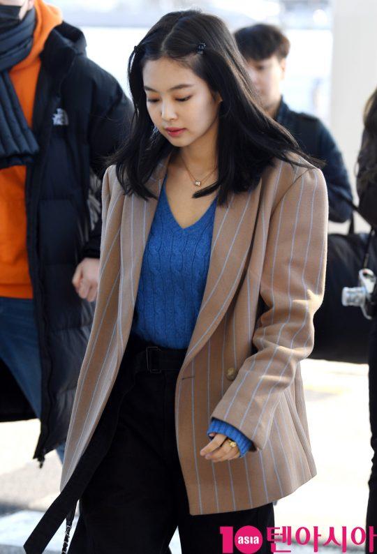걸그룹 블랙핑크(지수, 제니, 로제, 리사) 제니가 13일 오후 해외일정 참석차 인천국제공항을 통해 자카르타로 출국하고 있다.