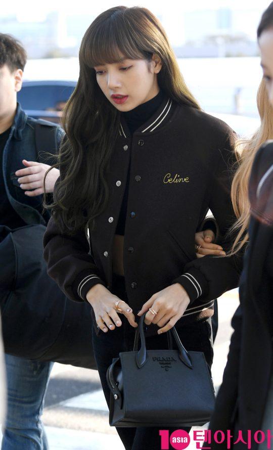 걸그룹 블랙핑크(지수, 제니, 로제, 리사) 리사가 13일 오후 해외일정 참석차 인천국제공항을 통해 자카르타로 출국하고 있다.