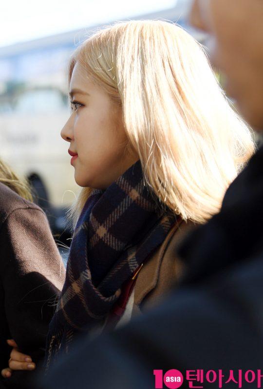 걸그룹 블랙핑크(지수, 제니, 로제, 리사) 로제가 13일 오후 해외일정 참석차 인천국제공항을 통해 자카르타로 출국하고 있다.