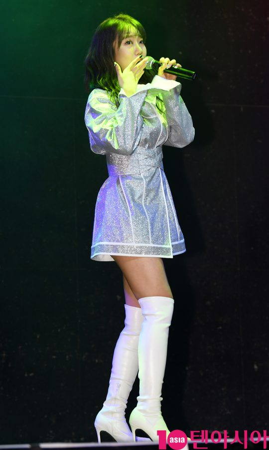 가수 김희진이 14일 오후 서울 서교동 하나투어 브이홀에서 열린 데뷔 앨범 '차마' 발매 쇼케이스에 참석해 멋진공연을 선보이고 있다.