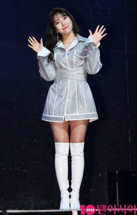 가수 김희진이 14일 오후 서울 서교동 하나투어 브이홀에서 열린 데뷔 앨범 '차마' 발매 쇼케이스에 참석하고 있다.
