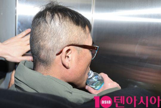 가수 김건모가 15일 오전 서울 대치동 강남경찰서에서 성폭행 의혹 혐의로 소환조사에 출석했다.