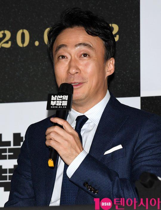 배우 이성민이 15일 오후 서울 한강로3가 CGV 용산아이파크몰점에서 열린 영화 '남산의 부장들' 언론시사회에 참석하고 있다.