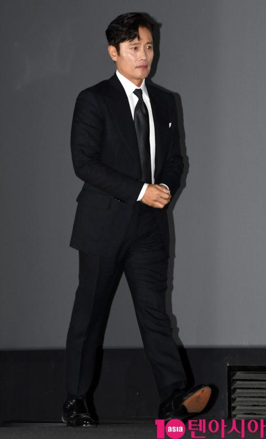 배우 이병헌이 15일 오후 서울 한강로3가 CGV 용산아이파크몰점에서 열린 영화 '남산의 부장들' 언론시사회에 참석하고 있다.