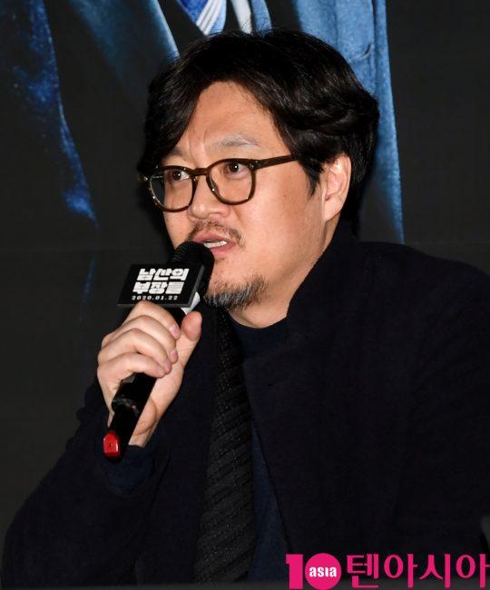 우민호 감독이 15일 오후 서울 한강로3가 CGV 용산아이파크몰점에서 열린 영화 '남산의 부장들' 언론시사회에 참석하고 있다.