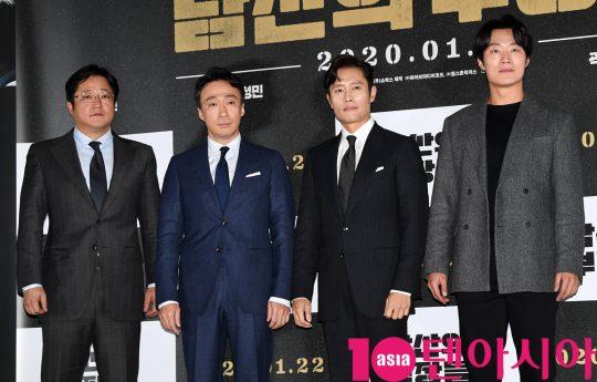 배우 곽도원,이성민,이병헌,이희준(왼쪽부터)이 15일 오후 서울 한강로3가 CGV 용산아이파크몰점에서 열린 영화 '남산의 부장들' 언론시사회에 참석하고 있다.