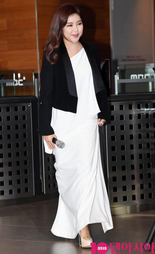 가수 송가인이 16일 오후 서울 상암동 MBC에서 열린 MBC 설특집 2020 송가인 콘서트 '고맙습니다' 포토타임에 참석하고 있다.