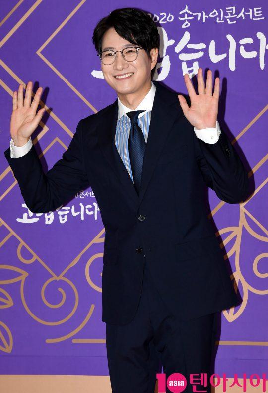 방송인 조우종이 16일 오후 서울 상암동 MBC에서 열린 MBC 설특집 2020 송가인 콘서트 '고맙습니다' 포토타임에 참석하고 있다.