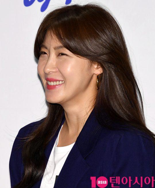 배우 하지원이 16일 오후 서울 논현동 N646에서 열린 푸르밀 팬사인회에 참석하고 있다.