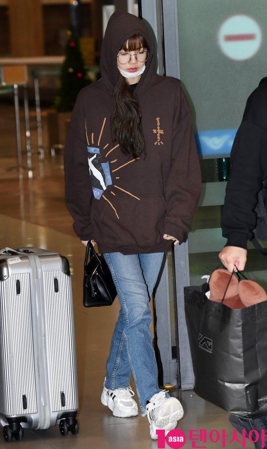 걸그룹 블랙핑크(지수, 제니, 로제, 리사) 리사가 17일 오후 중국 일정을 마치고 인천국제공항을 통해 입국하고 있다.