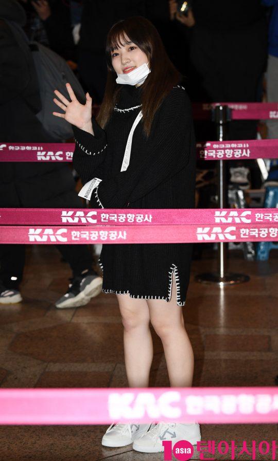 걸그룹 아이즈원 멤버 야부키 나코가 17일 오후 개인일정차 김포국제공항을 통해 일본으로 출국하고 있다.