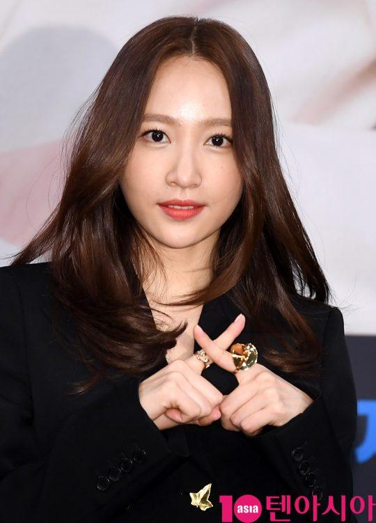EXID의 하니가 20일 오후 서울 상암동 MBC 골든마우스홀에서 열린 MBC 새 금요드라마 '엑스엑(XX)' 제작발표회에서 손가락으로 X를 만들어 보이고 있다./조준원 기자 wizard333@