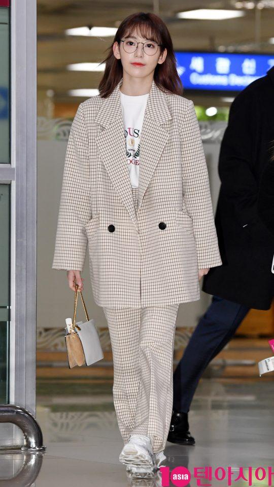 걸그룹 아이즈원 멤버 미야와키 사쿠라가 21일 오후 일본 개인일정을 마치고 김포국제공항을 통해 입국하고 있다.