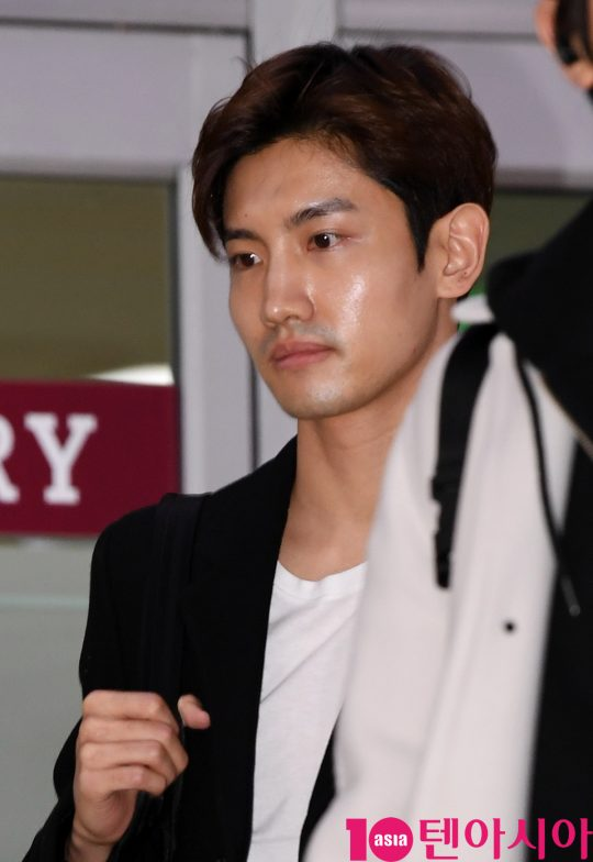 그룹 동방신기 최강창민이 21일 오후 일본 일정을 마치고 김포국제공항을 통해 입국하고 있다.