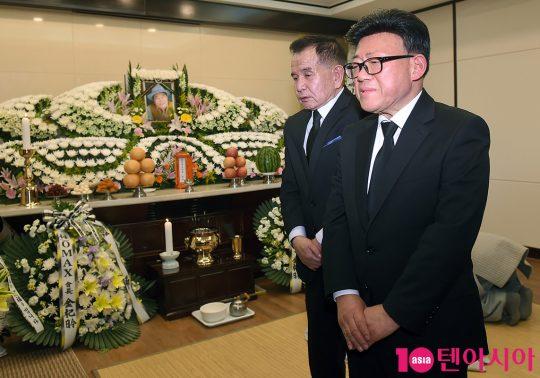 코미디언 故 남보원(본명 김덕용)의 빈소를 조문하는 엄용수 대한민국방송코미디협회장(오른쪽)