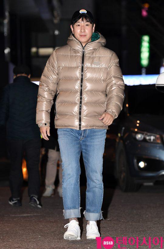 배우 이선균이 22일 오후 서울 여의도 한 음식점에서 열린 JTBC 월화드라마 '검사내전' 쫑파티에 참석하고 있다.