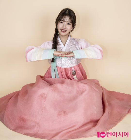 배우 양혜지가 한복을 곱게 차려입고 설날 인사를 하고 있다. /이승현 기자 lsh87@