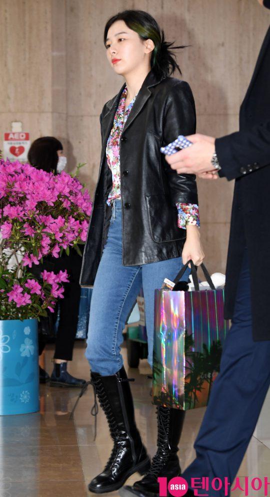 걸그룹 레드벨벳(웬디, 아이린, 슬기, 조이, 예리) 슬기가 24일 오후 아레나 투어 인 재팬-라 루즈 콘서트를 마치고 김포국제공항을 통해 입국하고 있다.