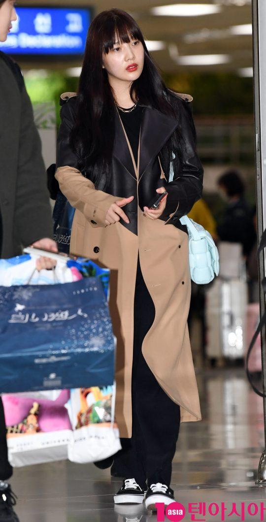 걸그룹 레드벨벳(웬디, 아이린, 슬기, 조이, 예리) 조이가 24일 오후 아레나 투어 인 재팬-라 루즈 콘서트를 마치고 김포국제공항을 통해 입국하고 있다.