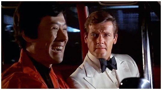 사진=고(故) 오순택씨(왼쪽)가 로저 무어를 돕는 영국 비밀정보국 동남아요원으로 출연한 영화 '007 제9탄-황금총을 가진 사나이'(1974) 한 장면.