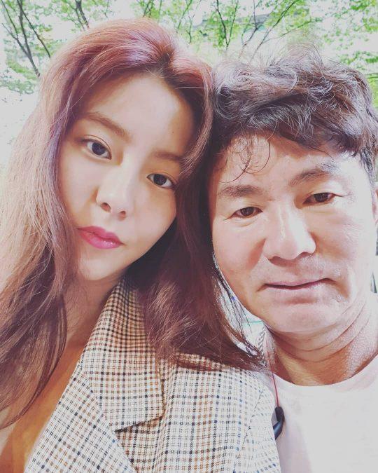 배우 유이(왼쪽)과 김성갑 전 SK와이번스 수석코치. /사진=유이 인스타그램