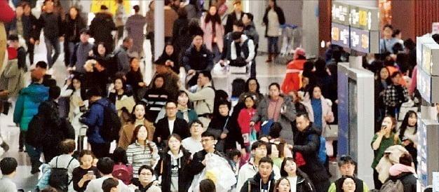 여행객들로 붐비는 인천국제공항 풍경(사진=한국경제 DB)
