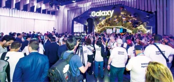 관람객들이 지난해 8월 미국 뉴욕 바클레이스센터에서 열린 '삼성 갤럭시 언팩 2019'에서 삼성 제품을 체험하고 있다.  삼성전자  제공