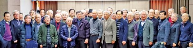 대덕원자력포럼 회원들이 지난달 12일 대전 유성구에서 열린 '2019년 대덕원자력포럼 하반기 세미나' 후 기념사진을 찍고 있다.  대덕원자력포럼 제공