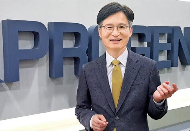 김재섭 에이프로젠 대표가 경기 성남시 본사에서 바이오 사업계획을 설명하고 있다.   박상익 기자