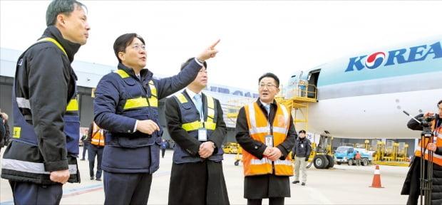 성윤모 산업통상자원부 장관(왼쪽 두 번째)이 1일 인천국제공항 화물터미널을 방문해 수출화물의 통관·선적 현장을 살펴보고 있다.  산업통상자원부  제공