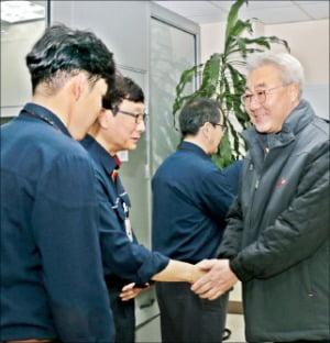 김준 SK이노베이션 사장(오른쪽)이 1일 SK인천석유화학을 찾아 현장 직원들을 격려하고 있다.  SK이노베이션 제공