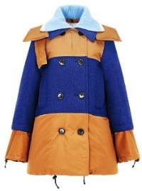 마르니 슬림한 재킷 디자인에 컬러블록, 하늘색 니트 넥칼라로 포인트를 줬다.