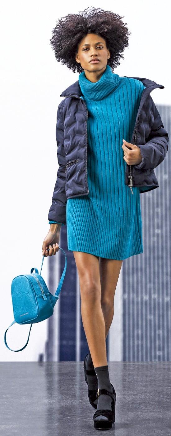 아르마니 익스체인지 풍성하게 충전재를 채운 '엠보싱 패턴 하이넥 점퍼'는 청바지 등 캐주얼한 스타일에 잘 어울린다.