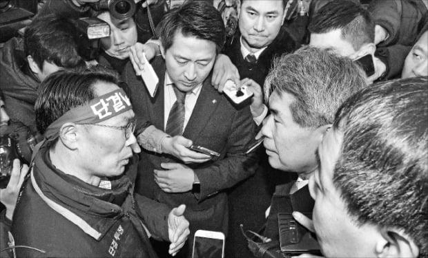청와대 경제수석을 지낸 윤종원 신임 기업은행장(오른쪽 두 번째)은 3일 첫 출근길에서 노조에 막혀 발걸음을 돌렸다.  최혁 한경닷컴 기자 chokob@hankyung.com