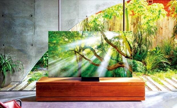 삼성전자가 5일(현지시간) 미국 라스베이거스에서 연 '삼성 TV 퍼스트룩' 행사에서 인공지능(AI) 기술을 대거 적용한 'QLED 8K'를 선보였다. 주변 환경에 따라 TV가 알아서 소리와 밝기를 조절하고 테두리(베젤)를 없애 사용자의 몰입감을 높였다. 삼성전자의 2020년형 QLED 8K 신제품 'Q950TS'.  /삼성전자  제공