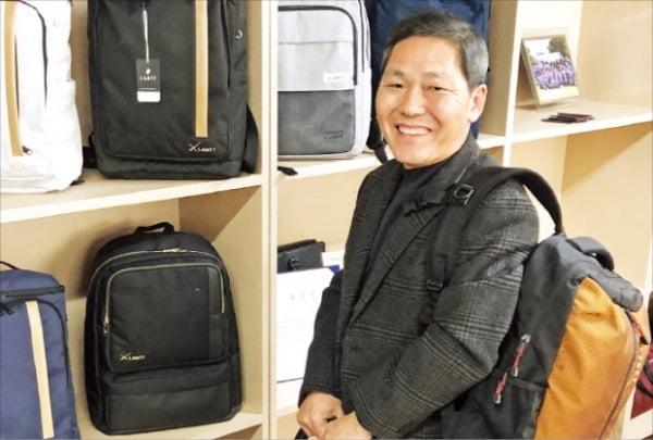 조규남 양천가방협동조합 이사장이 공동 가방브랜드 '란트'에 대해 설명하고 있다.  문혜정 기자