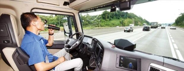 현대자동차 연구원이 운전대에서 손을 뗀 채 3단계 자율주행 기능을 시험하고 있다.  /한경DB