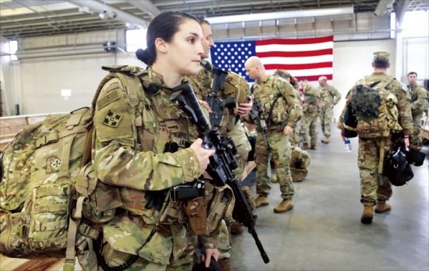 < 중동 급파 > 미군 82공수부대 병사들이 4일(현지시간) 미국 노스캐롤라이나의 포트브래그 기지에서 이란과의 긴장이 높아지고 있는 중동으로 가기 위해 군장비를 챙기고 있다. 미 국방부는 이날 신속대응병력 3500명을 중동에 추가 배치한다고 발표했다.   /AP연합뉴스