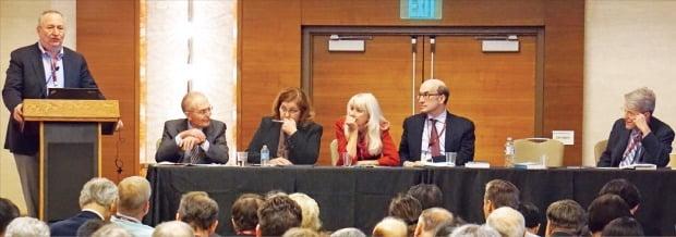 3~5일(현지시간) 미국 샌디에이고에서 열린 미국경제학회(AEA)에서 래리 서머스 하버드대 교수(맨 왼쪽)가 주제 발표를 하고 있다. 토론석 왼쪽부터 도미닉 살바토르 포드햄대 교수, 제니스 에벌리 노스웨스턴대 교수, 발레리 래미 UC샌디에이고 교수, 케네스 로고프 하버드대 교수, 로버트 실러 예일대 교수.   /샌디에이고=김현석  특파원