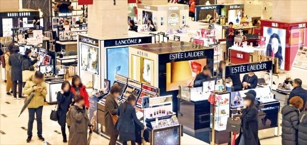 신세계 강남점이 지난해 국내 백화점 최초로 매출 2조원을 달성했다. 7일 소비자들이 1층 화장품 매장에서 상품을 고르고 있다. /허문찬 기자 sweat@hankyung.com