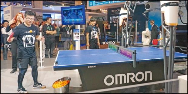 < AI 로봇이 탁구 코치… > 일본 오므론이 공개한 탁구 코칭 로봇 '포르페우스'.