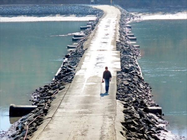 겨울 섬은 늘 따뜻해 도보여행에 제격이다. 전남 신안군 기점도 노두길은 네 개의 섬을 연결하는 도보여행길이다.