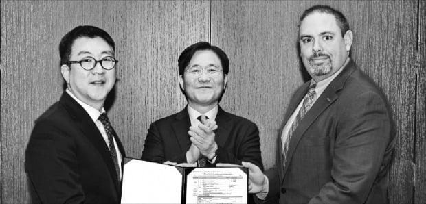 존 켐프 듀폰 전자·이미징사업부 사장(오른쪽)이 8일(현지시간) 미국 샌프란시스코 포시즌스호텔에서 성윤모 산업통상자원부 장관(가운데)이 참석한 가운데 장상현 KOTRA 인베스트코리아 대표에게 극자외선(EUV)용 포토레지스트 생산시설 투자신고서를 건네고 있다. 산업통상자원부 제공