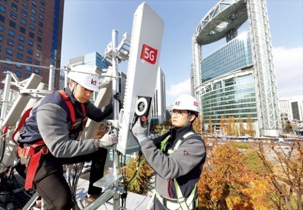 KT 네트워크 부문 직원들이 서울 종로 일대에서 5G 기지국 최적화 작업을 하고 있다.  KT 제공