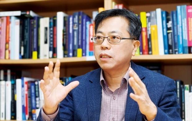 """장병탁 서울대 AI연구원장은 지난 3일 한국경제신문과의 인터뷰에서 """"AI 시대 정부의 역할은 기술을 실험할 수 있는 환경을 조성하고 피해가 우려되는 부문의 사회안전망을 확실히 갖추는 것""""이라고 말했다.   /강은구 기자 egkang@hankyung.com"""